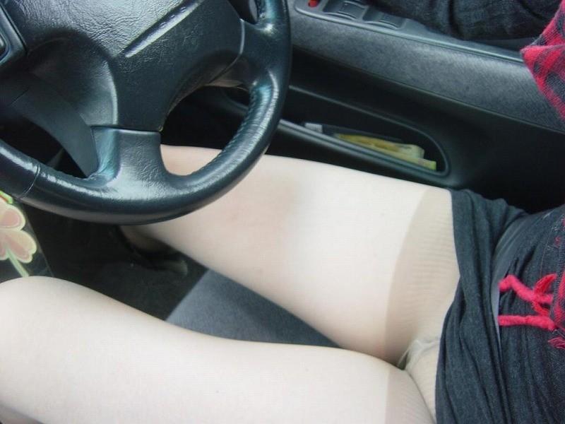 運転席 助手席 脚 太もも 車内 エロ画像【14】