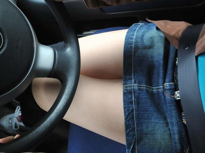 運転席 助手席 脚 太もも 車内 エロ画像【44】