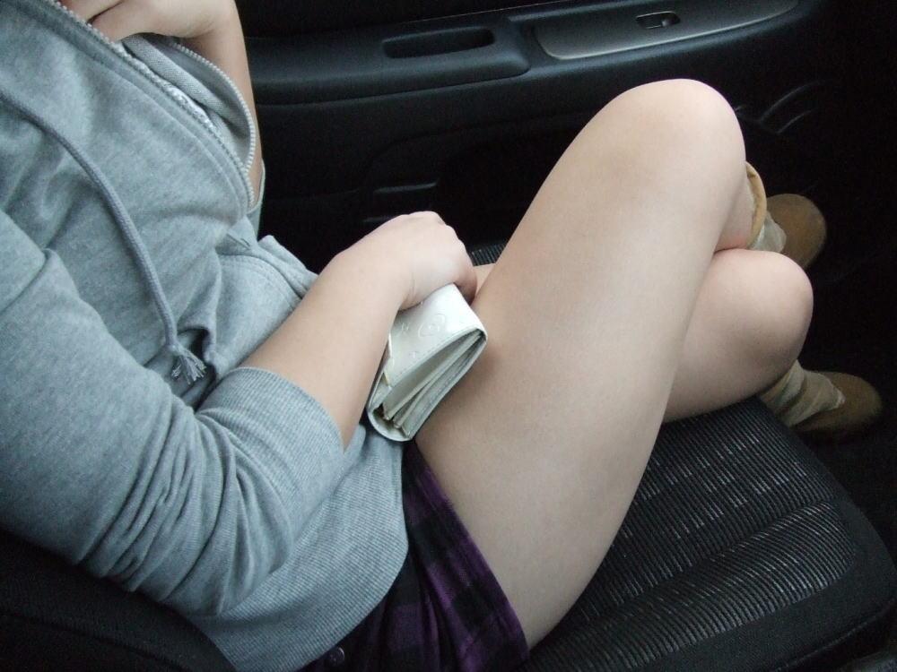 運転席 助手席 脚 太もも 車内 エロ画像【48】