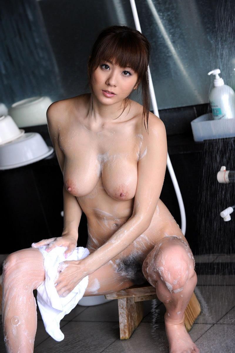 お風呂 足 太もも 泡 洗う 綺麗 脚 エロ画像【5】