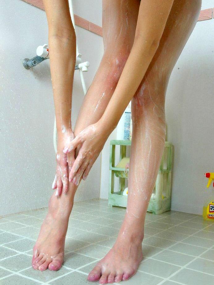 お風呂 足 太もも 泡 洗う 綺麗 脚 エロ画像【7】