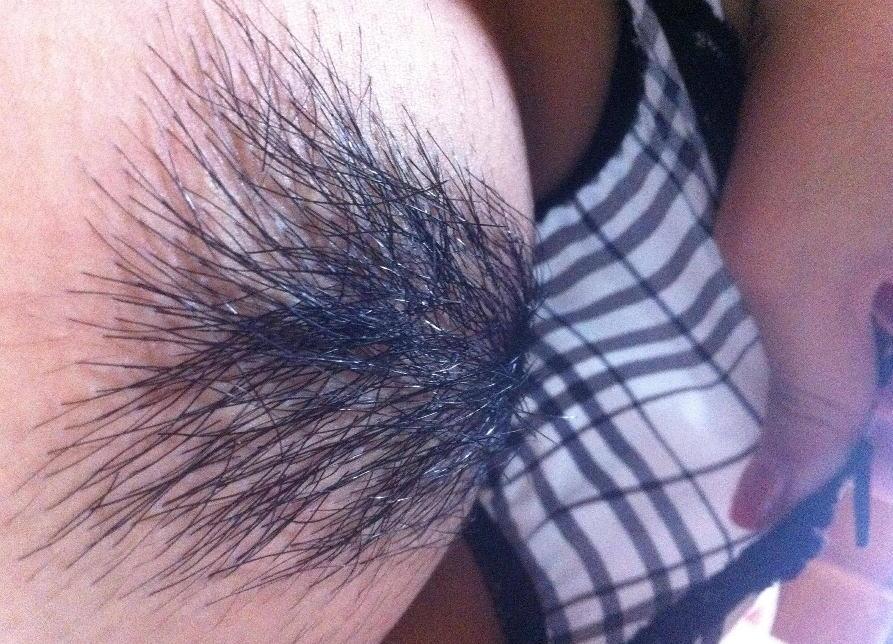 パンツを捲ったりずり下げて陰毛見せているエロ画像