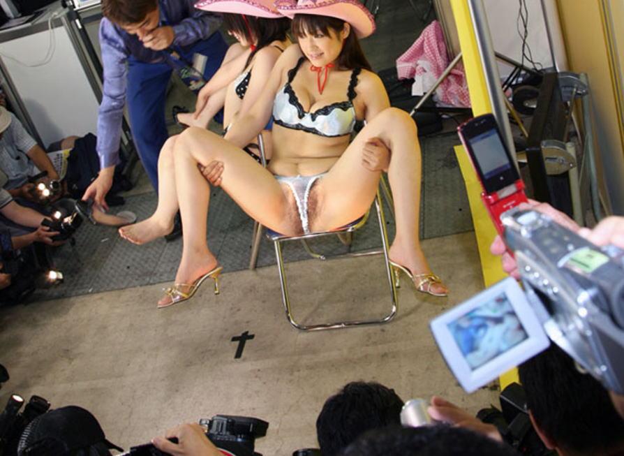 ソファや椅子でM字開脚をさせて股間を観賞するエロ画像