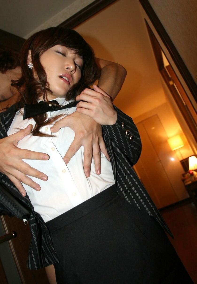 会社 ホテル OL おっぱい 揉む エロ画像【13】