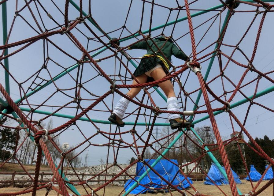 公園 パンチラ スカート 遊ぶ パンツ エロ画像