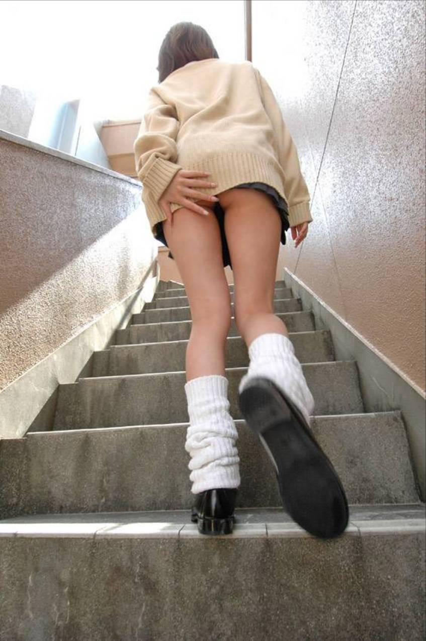 スカート 押さえる パンツ 隠す パンチラ エロ画像【5】