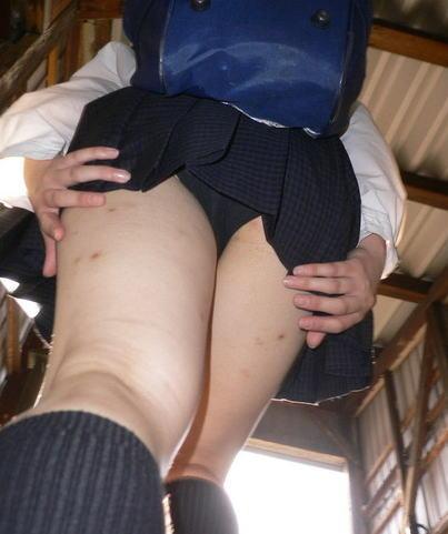 スカート 押さえる パンツ 隠す パンチラ エロ画像【20】