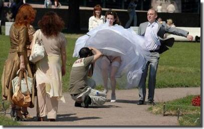 大事な結婚式当日にパンチラを披露する外国人花嫁のエロ画像 ④