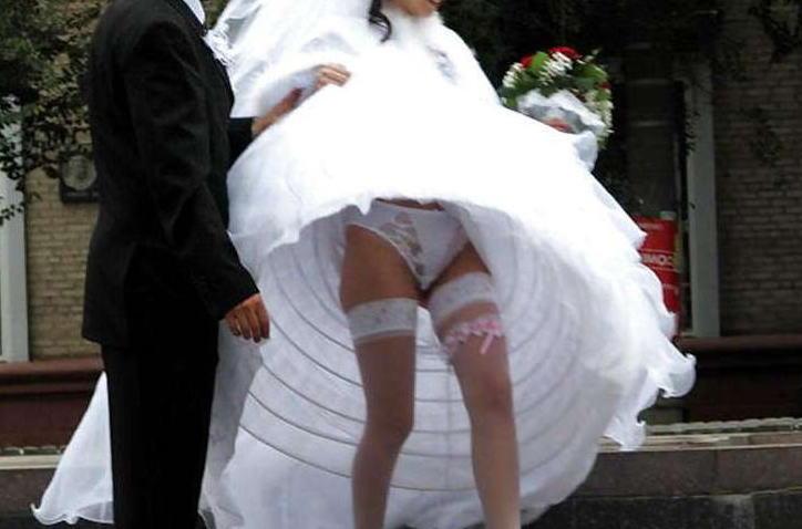 大事な結婚式当日にパンチラを披露する外国人花嫁のエロ画像
