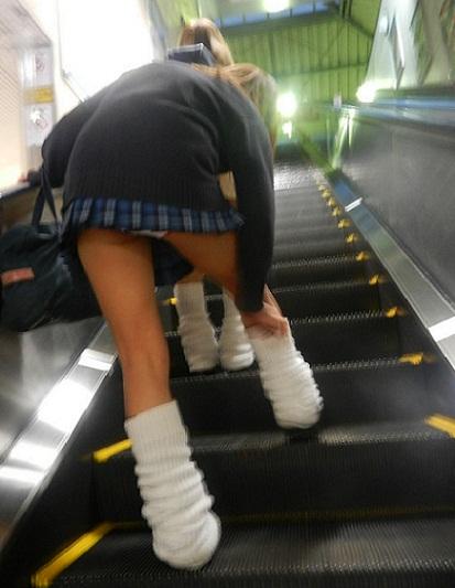ソックス 上げる パンツ 靴下直し パンチラ エロ画像【7】