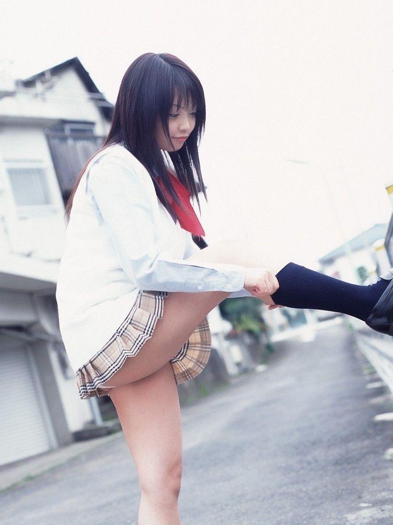 ソックス 上げる パンツ 靴下直し パンチラ エロ画像【9】