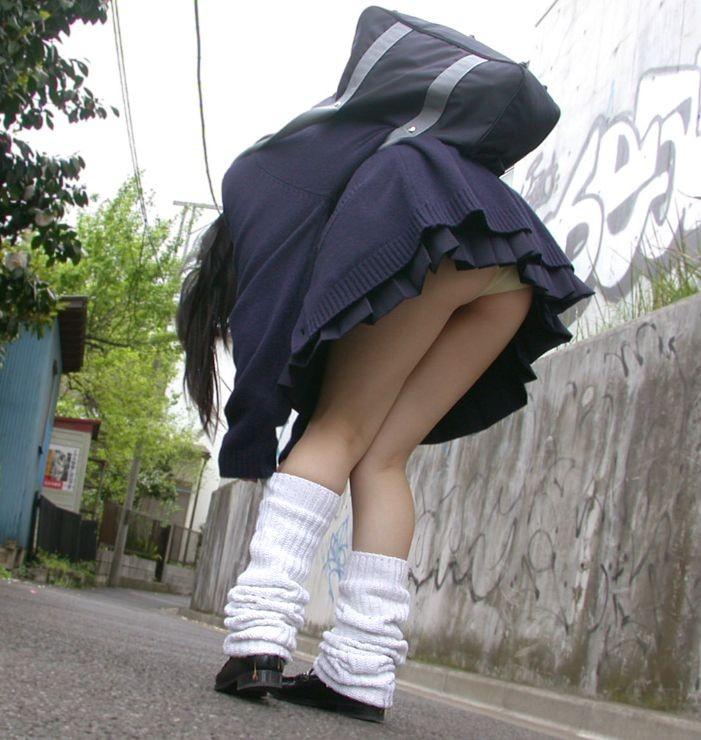 ソックス 上げる パンツ 靴下直し パンチラ エロ画像【11】