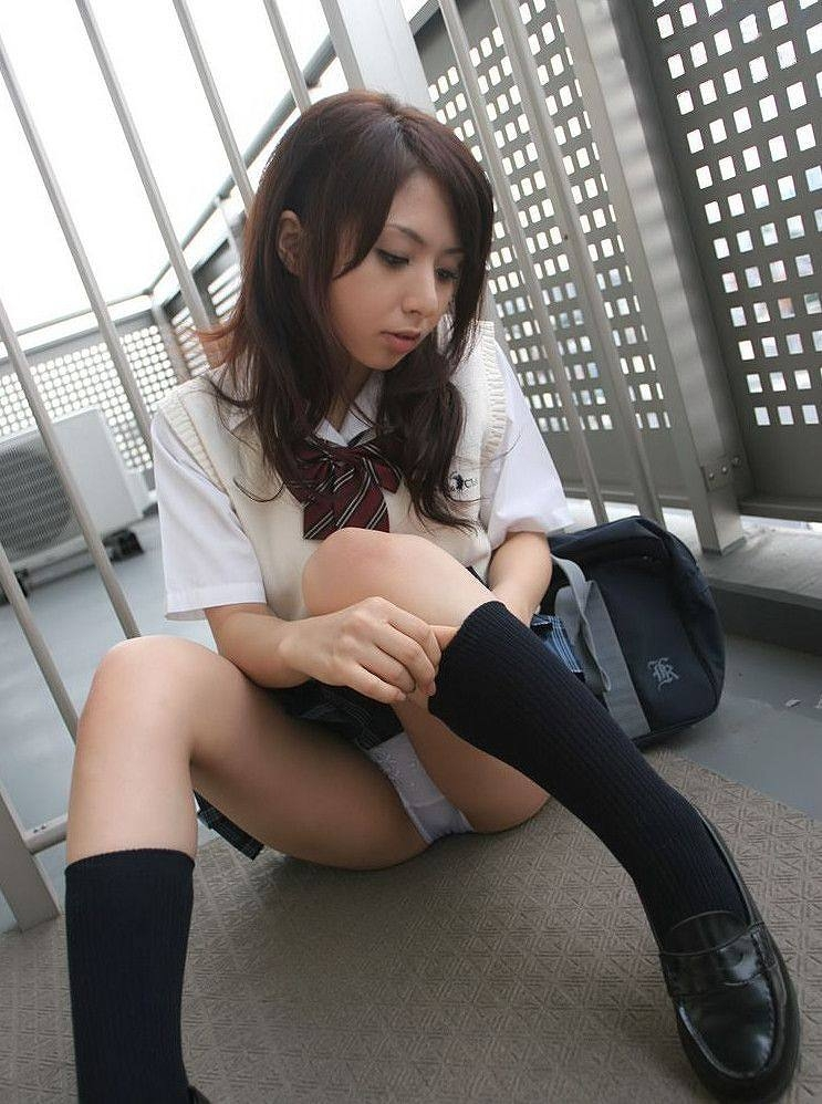 ソックス 上げる パンツ 靴下直し パンチラ エロ画像【16】