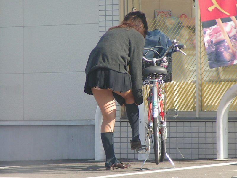 ソックス 上げる パンツ 靴下直し パンチラ エロ画像【17】