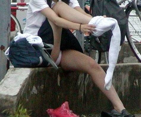ソックス 上げる パンツ 靴下直し パンチラ エロ画像【28】