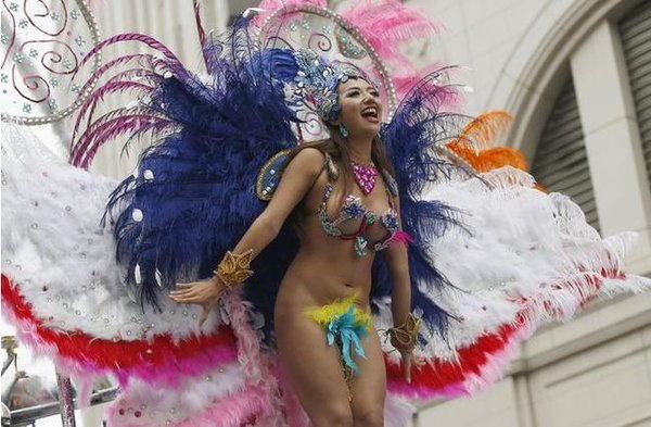 【2chまとめ】浅草のサンバカーニバルに出てたエロい衣装きた女性たちの画像が大量wwwwwwwwww