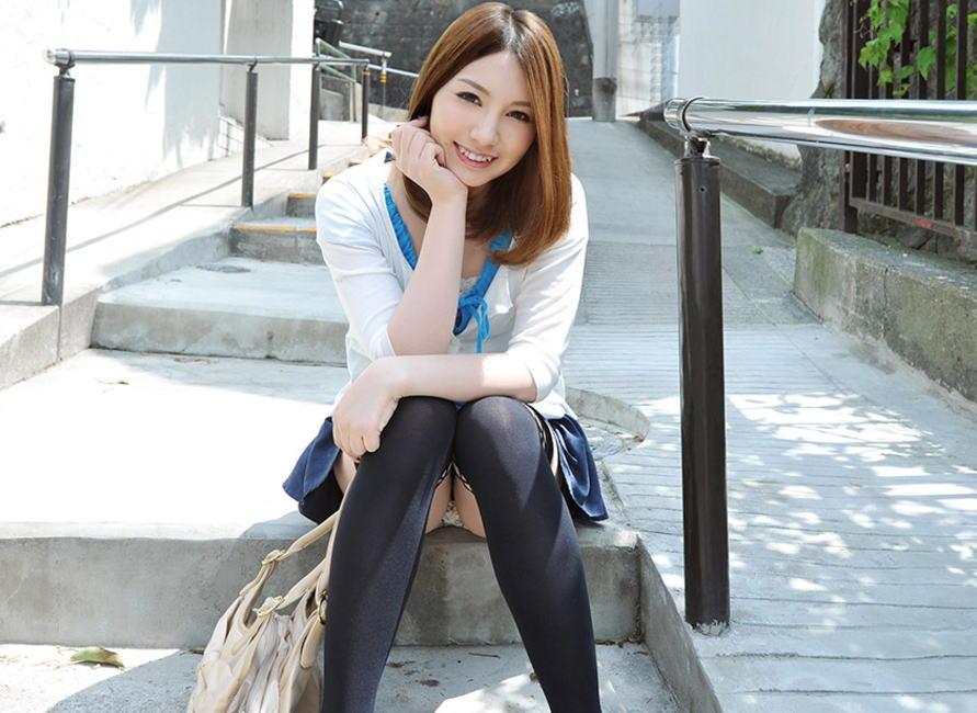 美女が笑顔とパンツで癒す素敵なパンチラエロ画像