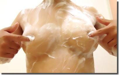 お風呂で泡ブラ!乳首が見える泡付きおっぱいのエロ画像 ④