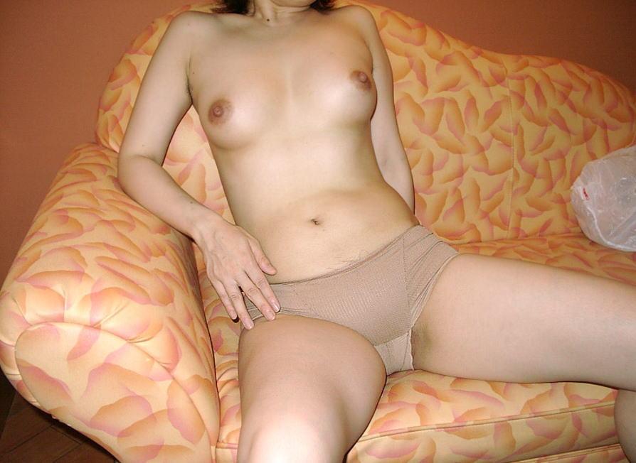 おばさんはベージュの下着がよく似合う肌色熟女のエロ画像