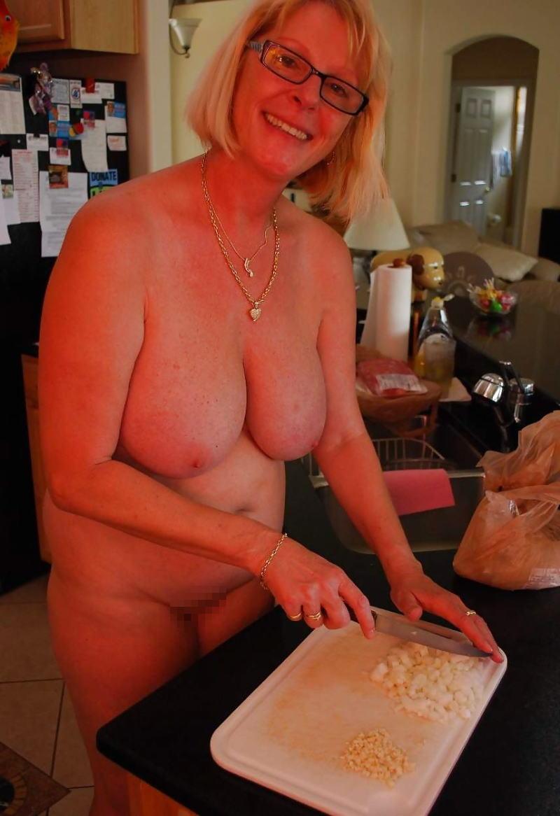 裸族 家事 主婦 全裸 掃除 料理 エロ画像【18】
