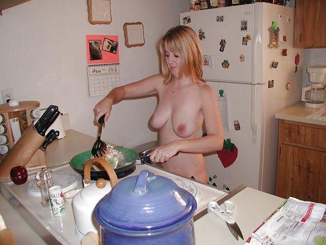 裸族 家事 主婦 全裸 掃除 料理 エロ画像【24】
