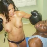 おっぱい丸出し女ボクサー!トップレスボクシングのエロ画像