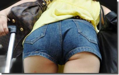 太もも・尻が強調されるデニムのショートパンツ街撮りエロ画像 ③