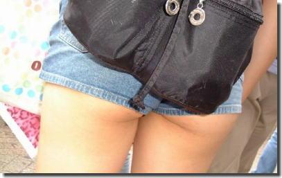 太もも・尻が強調されるデニムのショートパンツ街撮りエロ画像 ④