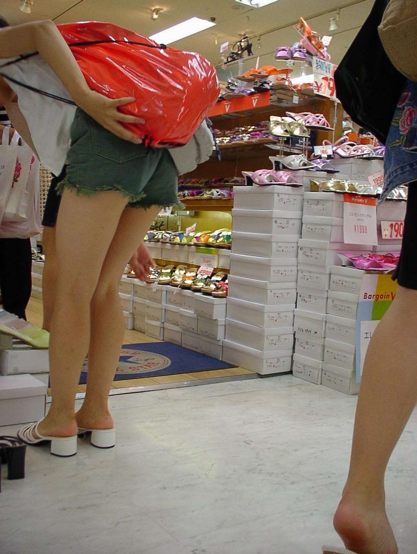 太もも 尻 デニム ショートパンツ 街撮り エロ画像【7】