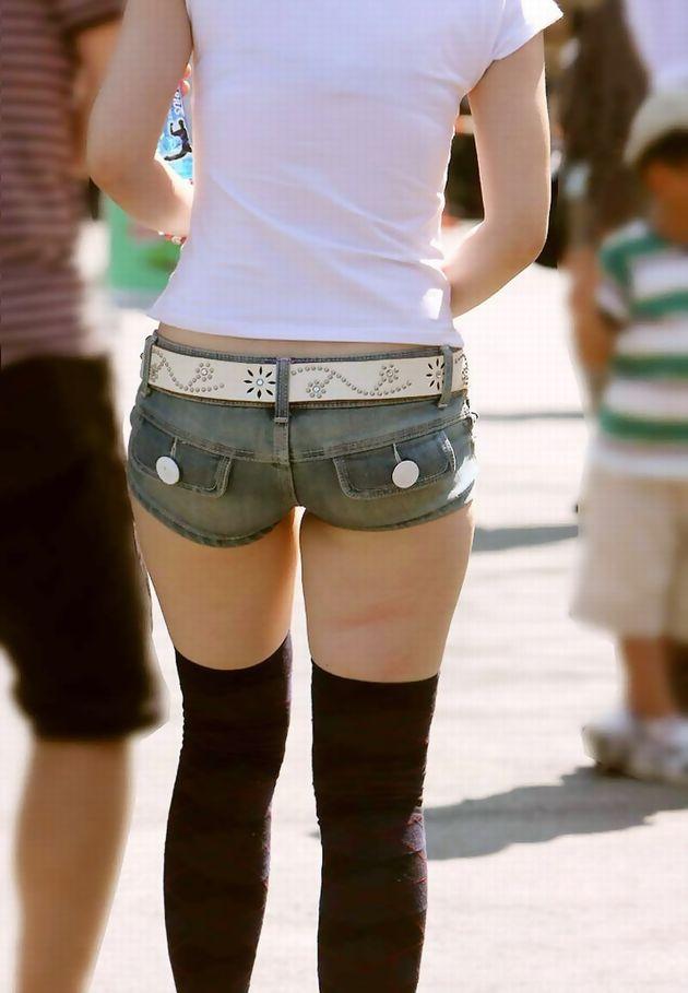 太もも 尻 デニム ショートパンツ 街撮り エロ画像【33】