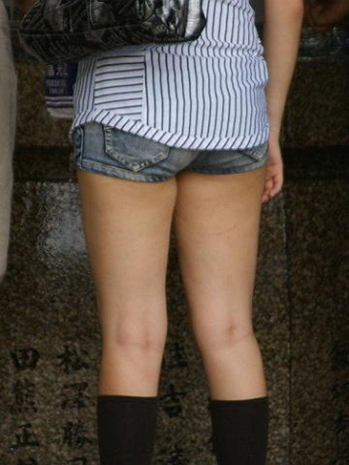 太もも 尻 デニム ショートパンツ 街撮り エロ画像【39】