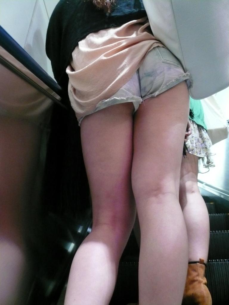 太もも 尻 デニム ショートパンツ 街撮り エロ画像【40】