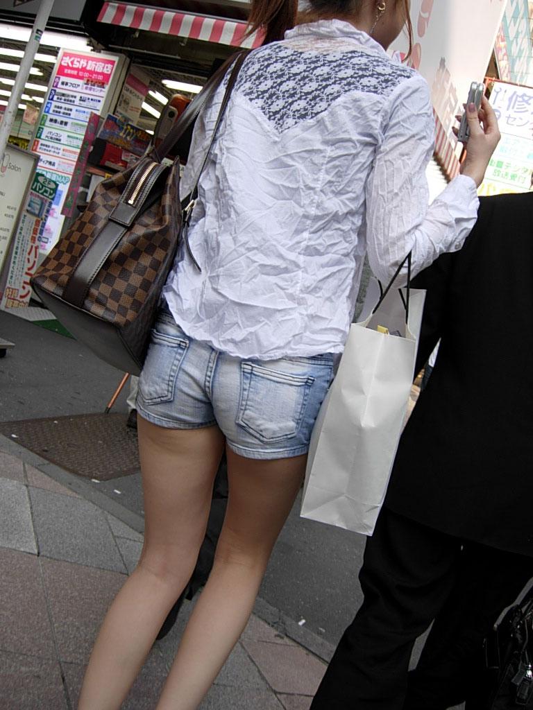 太もも 尻 デニム ショートパンツ 街撮り エロ画像【45】