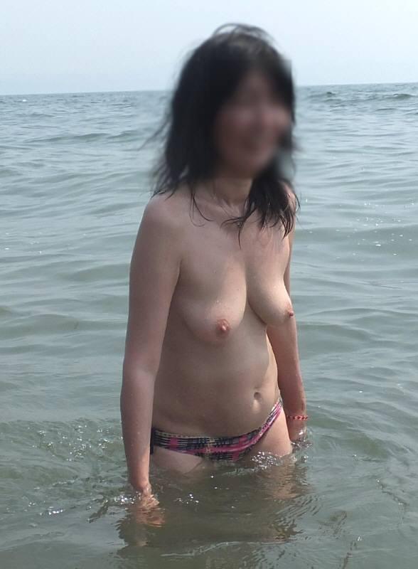 ビキニ パンツ一丁 おっぱい 露出 トップレス 水着 エロ画像【14】