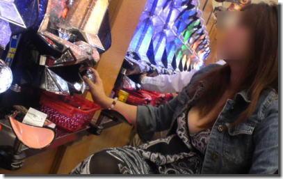 パチンコ&スロットで胸チラ&乳首チラしてる女性客のエロ画像 ①