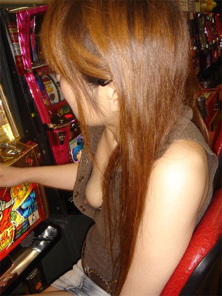 パチンコ スロット 胸チラ 乳首チラ 女性客 エロ画像【1】