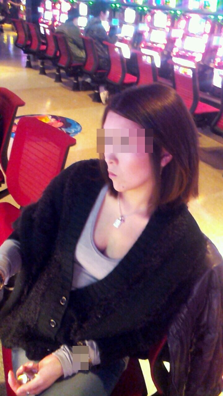 パチンコ スロット 胸チラ 乳首チラ 女性客 エロ画像【3】