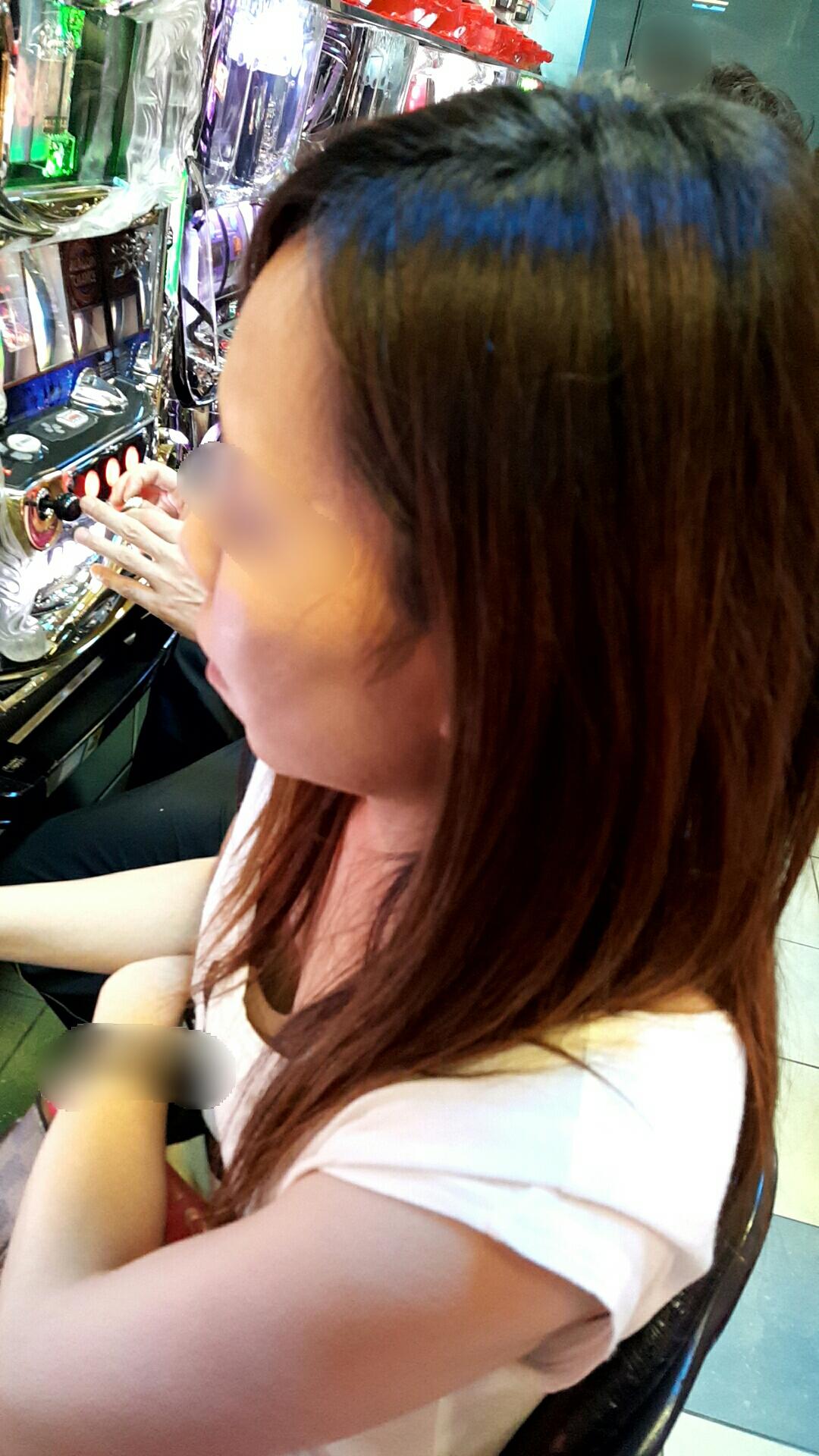 パチンコ スロット 胸チラ 乳首チラ 女性客 エロ画像【6】