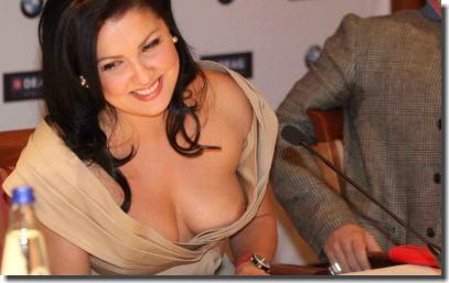 海外セレブのブラチラ・乳首チラ・谷間を捉えたお宝胸チラ画像集 ④