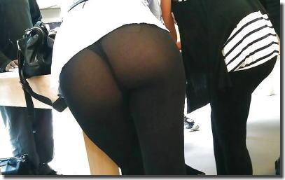 レギンスを履く外国人女性のお尻を街撮りしたエロ画像 ②