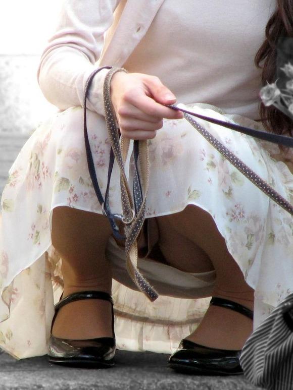 股間 しゃがみパンチラ 街撮り エロ画像【3】