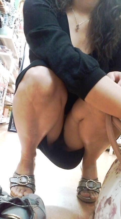 股間 しゃがみパンチラ 街撮り エロ画像【8】