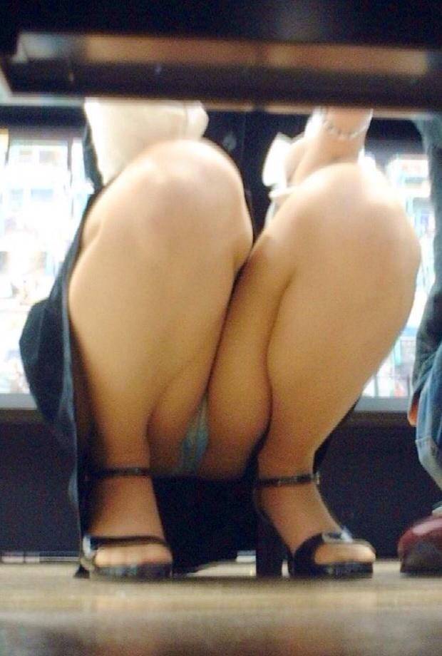 股間 しゃがみパンチラ 街撮り エロ画像【17】