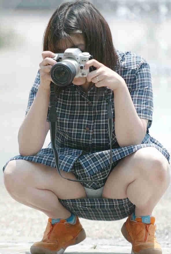 股間 しゃがみパンチラ 街撮り エロ画像【53】