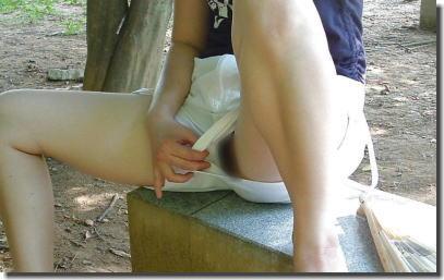 ノーパンでプチ野外露出を楽しむマンチラ女性のエロ画像 ④