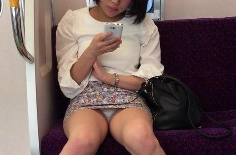 スマホ・携帯に夢中でパンツ隠すのがおろそかになってる素人のパンチラ画像