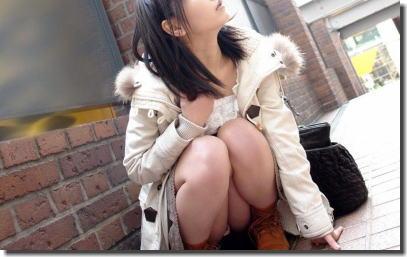 股間も可愛い美女のしゃがみパンチラエロ画像 ②
