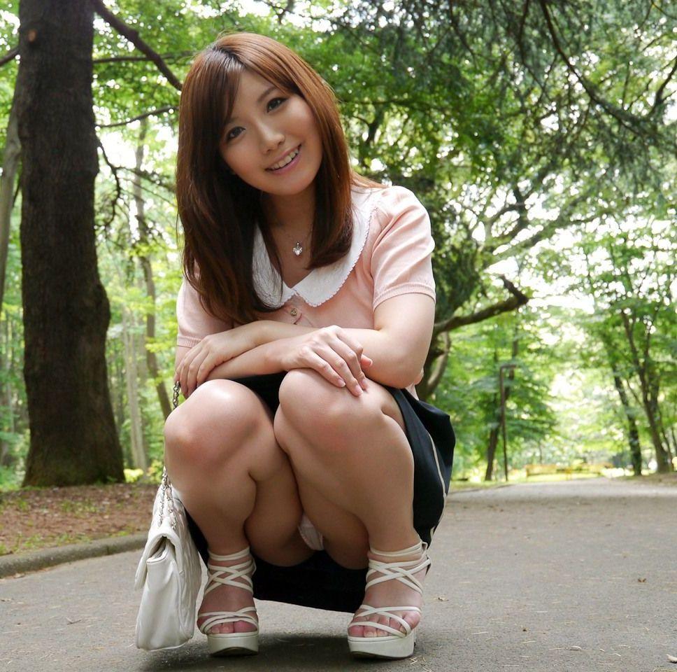股間 可愛い 美女 しゃがみ パンチラ エロ画像【4】