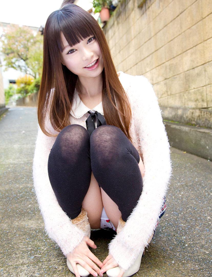 股間 可愛い 美女 しゃがみ パンチラ エロ画像【5】