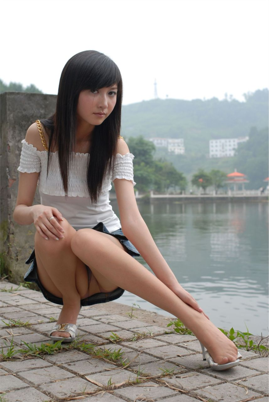 股間 可愛い 美女 しゃがみ パンチラ エロ画像【8】